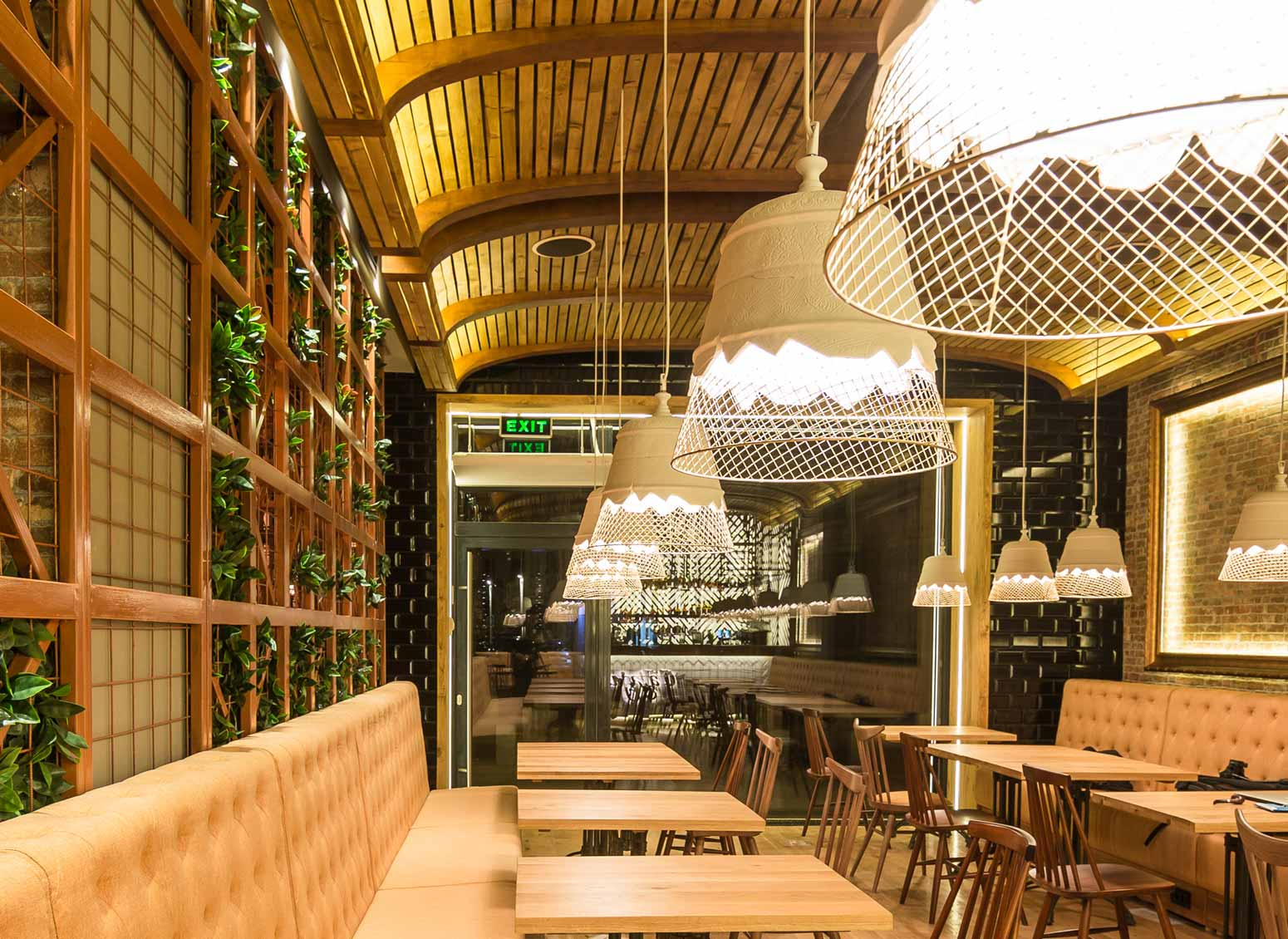 A Parigi, Karman illumina il ristorante Les Amis de Messina